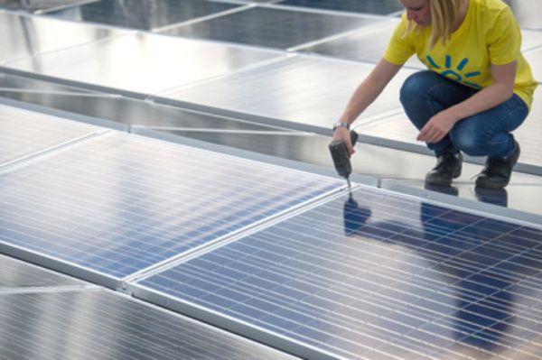 Lấy điện từ năng lượng mặt trời ngày càng phổ biến. (Hình: Getty Images)