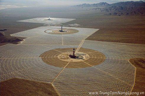 Toàn cảnh của dự án Ivanpah mà công ty chuyên phát triển và vận hành những nhà máy điện năng lượng mặt trời lớn Brightsource Energy đang xây dựng và phát triển. Công trình này nằm sâu trong hoang mạc Mojave (Mỹ).
