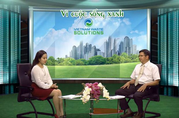 NDCT Hồng Phượng trò chuyện cùng ông Nguyễn Phú Vĩnh, Trưởng ban Kinh doanh - Tổng Công ty Điện lực EVN TP.HCM về tiết kiệm điện tại TP.HCM (Ảnh: HTV)
